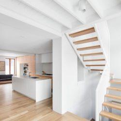 Cuisine & escalier bois accès étage - Residence Hotel-de-Ville par Architecture Microclimat - Montreal - Canada_09
