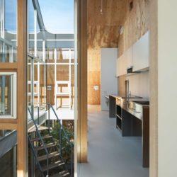 Entrée cuisine étage - Twin-House par Masahiro Miyake - Kochi, Japon