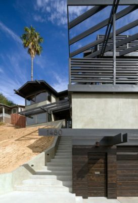 Entrée garage & escalier extérieur - Lopez-House par Martin Fenlon - Los Angeles, USA