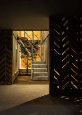 Entrée principale nuit - Twin-House par Masahiro Miyake - Kochi, Japon