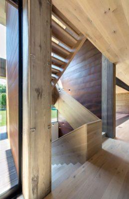 Escalier bois accès étage supérieur - Elizabeth-II par Bates Masi New York, USA