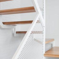 Escalier bois & balustrade grillagée - Residence Hotel-de-Ville par Architecture Microclimat - Montreal - Canada_15