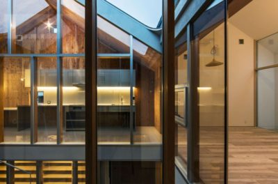 Etage supérieur illuminé - Twin-House par Masahiro Miyake - Kochi, Japon