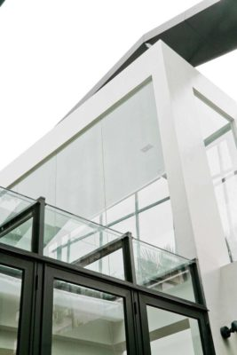 Façade étage vitrée - chokchai-4-house par Archimontage Design - Bangkok, Thailande