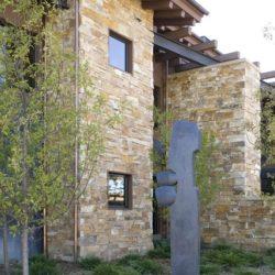 Façade arrièe en pierres - Home-Aspen par KH Webb - Colorado, Etats-Unis