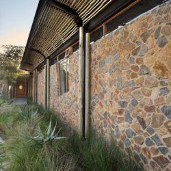 Façade arrière en pierres - House-Mouton par Earthworld Architects - Pretoria, Afrique du Sud