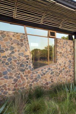 Façade arrière en pierres & ouvertures vitrées - House-Mouton par Earthworld Architects - Pretoria, Afrique du Sud