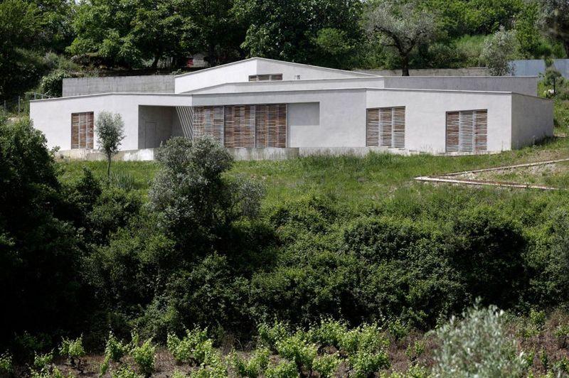 quand une maison contemporaine fait corps avec la nature au portugal construire tendance. Black Bedroom Furniture Sets. Home Design Ideas