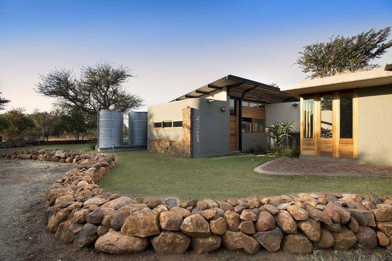Discrète écoconstruction dans un paysage de brousse dAfrique du Sud  C