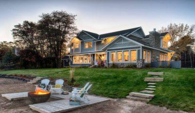 Façade jardin & cheminée extérieure - Green-Fern par RemWhirl Architecture - USA