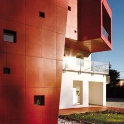 Façade rouge vive - Villa-Nesi par Archisbang Architects - Ivrea, Italie