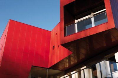 Façade rouge vive balcon - Villa-Nesi par Archisbang Architects - Ivrea, Italie