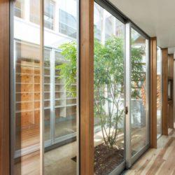 Grande façade baie vitrée - Twin-House par Masahiro Miyake - Kochi, Japon