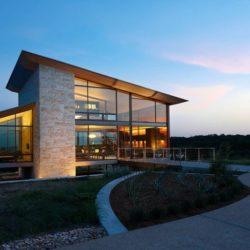 Grande façade vitrée illuminée - Glass-House par Jim Gewinner Texas, USA