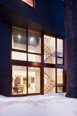 Grande façade vitrée illuminée - Residence Hotel-de-Ville par Architecture Microclimat - Montreal - Canada
