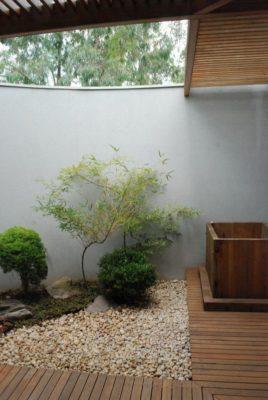 Mini jardin cour intérieure - Marina House par Joao Diniz Lagoa Santa, Brésil