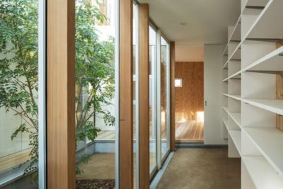 Mini jardin intérieur - Twin-House par Masahiro Miyake - Kochi, Japon