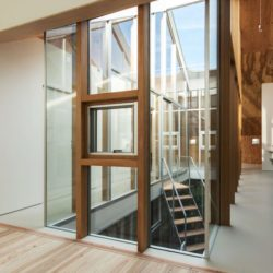 Pièce principale étage & couloir - Twin-House par Masahiro Miyake - Kochi, Japon