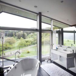 Salle de bains & grande ouverture vitrée - High-Tech-Modern-Home par Eppler Buhler, Allemagne