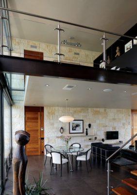Salle séjour-salon & balcon intérieur - Glass-House par Jim Gewinner Texas, USA