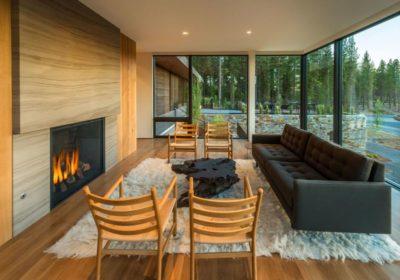 Salon-cheminée & grande baie vitrée - Martis Camp par Blaze Makoid - Californie, USA