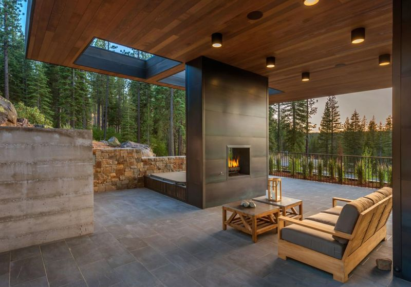 Salon terrasse design & cheminée extérieure - Martis Camp par Blaze Makoid - Californie, USA