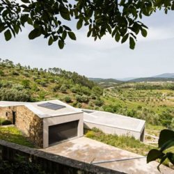 Vue entrée garage - Contemporary-Rural-Home par Camarim Arquitectos - Gateira, Portugal