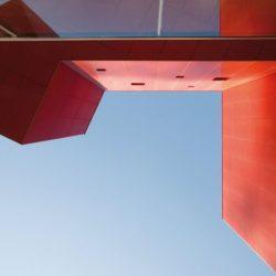 Vue panoramique façade rouge vive - Villa-Nesi par Archisbang Architects - Ivrea, Italie