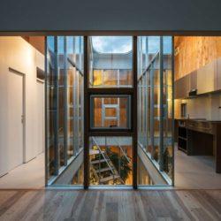 couloir & entrée cuisine étage - Twin-House par Masahiro Miyake - Kochi, Japon