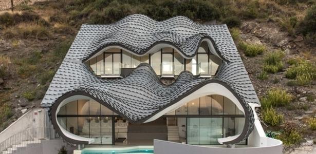 incroyable maison en forme de dragon au bord de la m diterran e en espagne construire tendance. Black Bedroom Furniture Sets. Home Design Ideas
