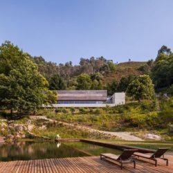 Bains de soleil cours d'eau - Geres-House par Carvalho Araujo - Vieira do Minho, Portugal