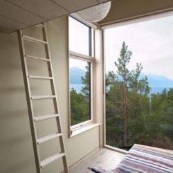 Chambre & grande ouverture vitrée - Cabin-Straumsnes par Rever Og Drage Arkitekter - Tingvollvagen, Norvege