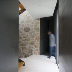 Couloir & escalier bois accès étage - Peraleda-House par Losada García - Peraleda de la Mata, Espagne