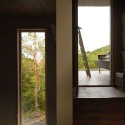 Entrée - Cabin-Straumsnes par Rever Og Drage Arkitekter - Tingvollvagen, Norvege