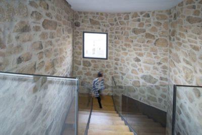 Escalier bois & balustrade en verre - Peraleda-House par Losada García - Peraleda de la Mata, Espagne