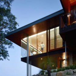 Façade étage illuminée - Home-Overlooks par Shaun Lockyer Architects - Queensland, Australie