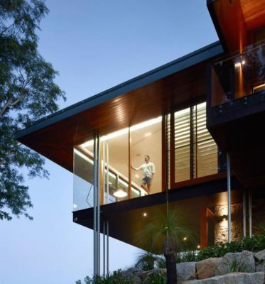 Façade étage illuminée - Home-Overlooks par Shaun Lockyer Architects - Queensland, Australie