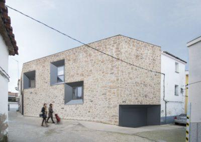 Façade entrée - Peraleda-House par Losada García - Peraleda de la Mata, Espagne