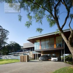 Façade jardin & entrée garage - Home-Overlooks par Shaun Lockyer Architects - Queensland, Australie