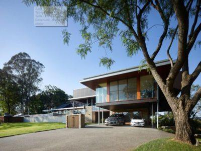 Façade jardin & entrée garage - Home-Overlooks par Shaun Lockyer Architects - Queensland, Australie