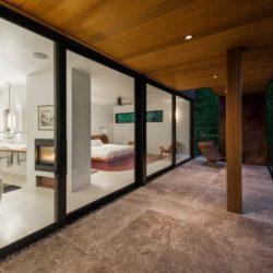 Grande baie coulissante & vue salle de bains-chambre principale - Cunius Residence par Paul Macht - Etats-Unis