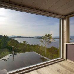 charmante maison en bois sur pilotis en front de mer en norv ge construire tendance. Black Bedroom Furniture Sets. Home Design Ideas