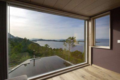 Grande baie vitrée - Cabin-Straumsnes par Rever Og Drage Arkitekter - Tingvollvagen, Norvege