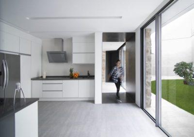 grande baie vitr e coulissante cuisine peraleda house par losada garc a peraleda de la. Black Bedroom Furniture Sets. Home Design Ideas