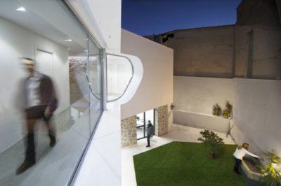 Jardin intérieur & balcon étage - Peraleda-House par Losada García - Peraleda de la Mata, Espagne