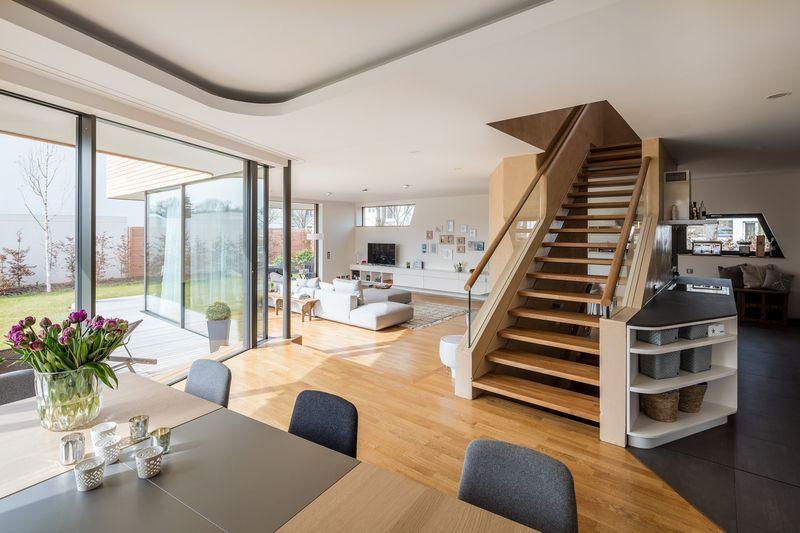 Pièce de vie & escalier bois - Holistic-Living par Graft - Berlin, Allemagne