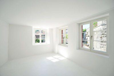 Pièce vide blanche & ouvertures vitrées - House-Lendenmann par L3P Architekten - Regensberg, Suisse