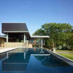 Piscine & façade jardin - Home-Overlooks par Shaun Lockyer Architects - Queensland, Australie