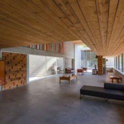 Plafond bois salon-salle séjour - Geres-House par Carvalho Araujo - Vieira do Minho, Portugal
