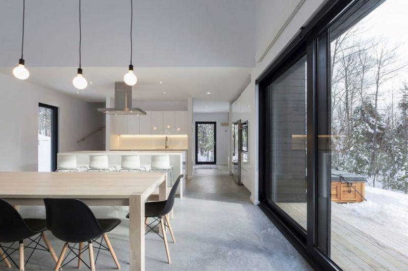 Porte vitrée coulissante & séjour-cuisine - Villa-Boreale par Cargo Architecture - Charlevoix, Quebec